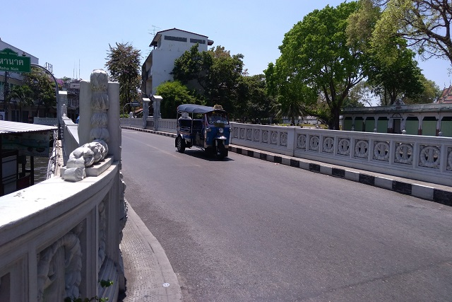 橋とトゥクトゥク